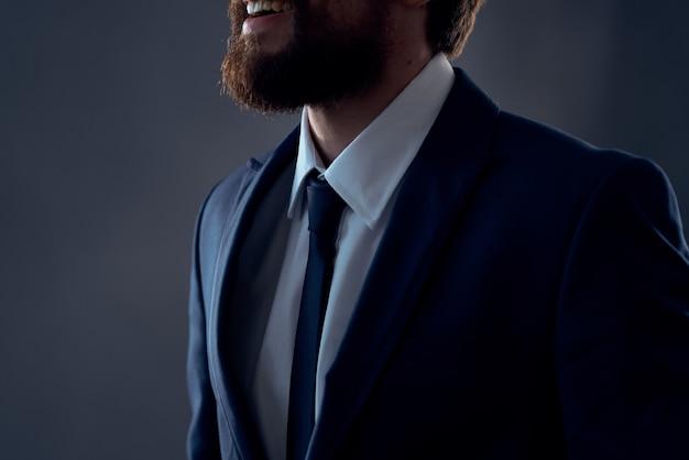 Человек в костюме исполнительного офиса темном фоне