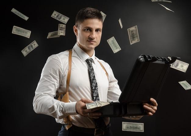 Мужчина в пиджаке с ящиком денег