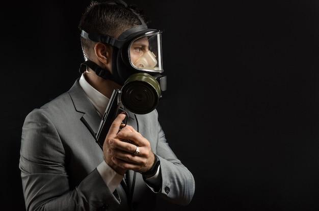 Мужчина в пиджаке с пистолетом изображает из себя спецагента