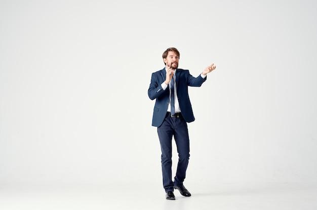 エグゼクティブの明るい背景をポーズするスーツを着た男。高品質の写真