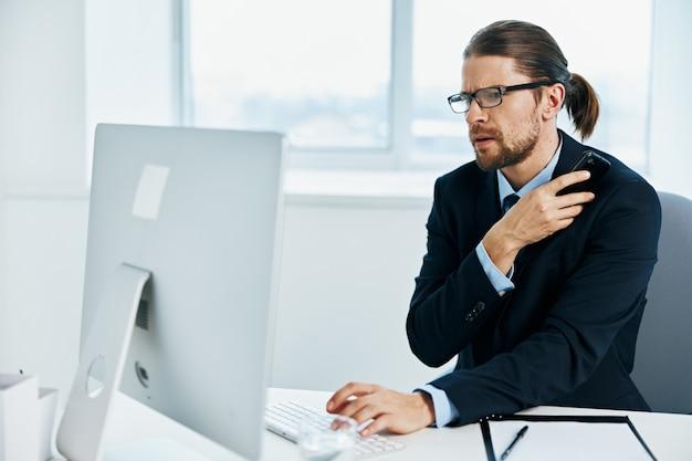 眼鏡をかけたスーツ姿の男自信仕事上司