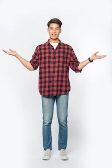 濃い色のシャツを着た男と両手に開いたサイン