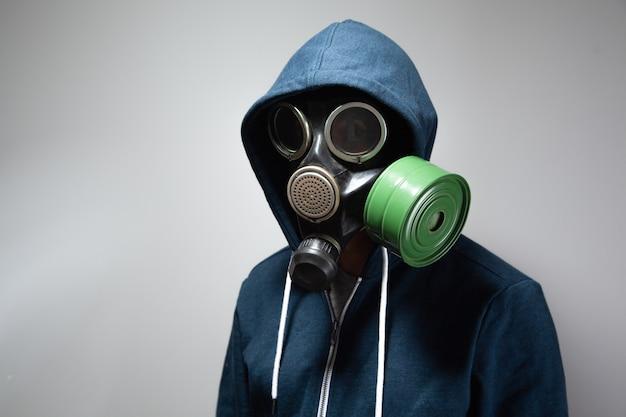 防毒マスクの男。