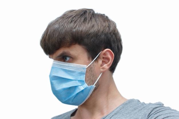 Мужчина в маске-защите от коронавируса.