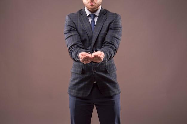 Мужчина в костюме протянул руки, и его руки соединились вместе.