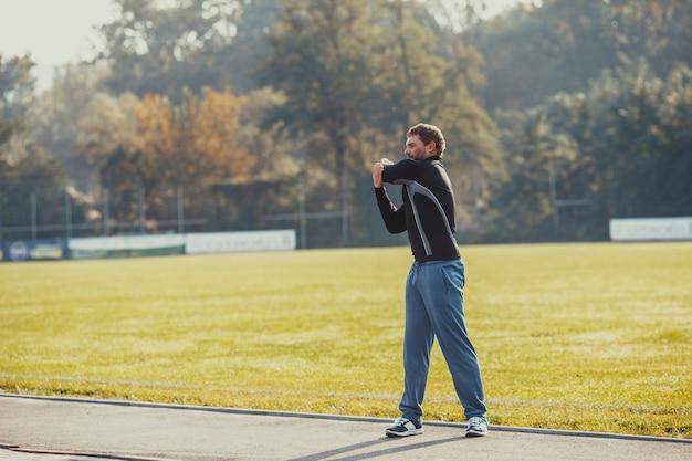 남자는 운동을 실행하기 전에 워밍업을 하고 있습니다. 스포츠 라이프 스타일