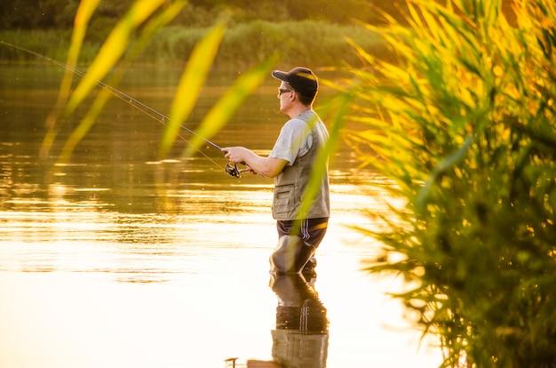 Мужчина рыбачит.
