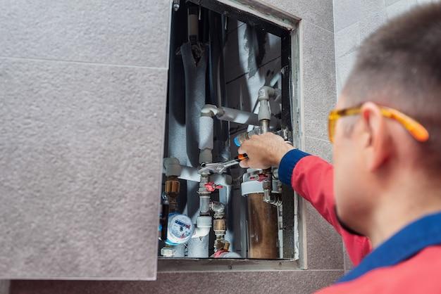 Мужчина устанавливает систему водоснабжения