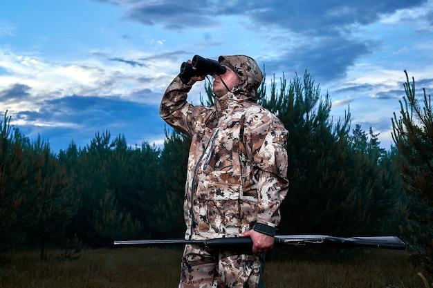 男は狩猟狩猟ライフルハンター男狩猟期間男性銃をクローズアップ