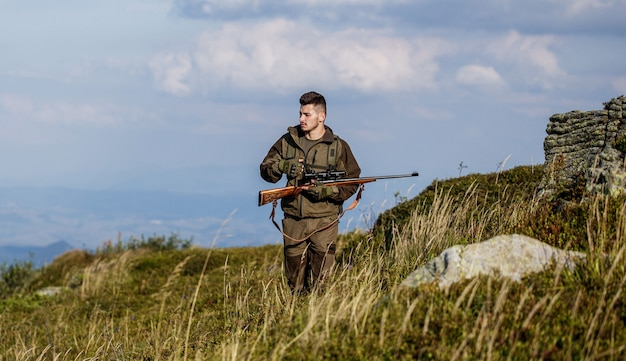 Мужчина на охоте. охотничье ружье. человек-охотник. период охоты.