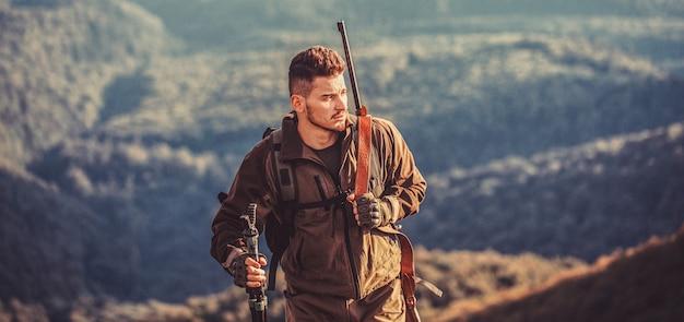Мужчина на охоте. охотничье ружье. человек-охотник. прицеливание стрелка в цель. период охоты.