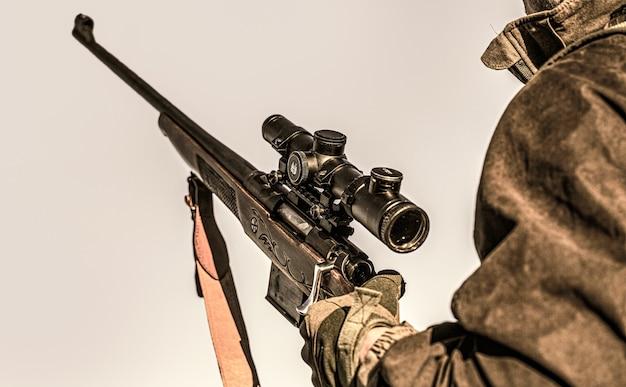 Мужчина на охоте. охотничье ружье. человек-охотник. прицел стрелка