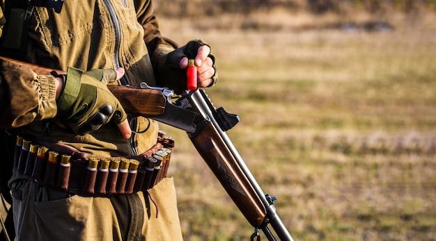 Мужчина на охоте, спорте. человек-охотник. период охоты.