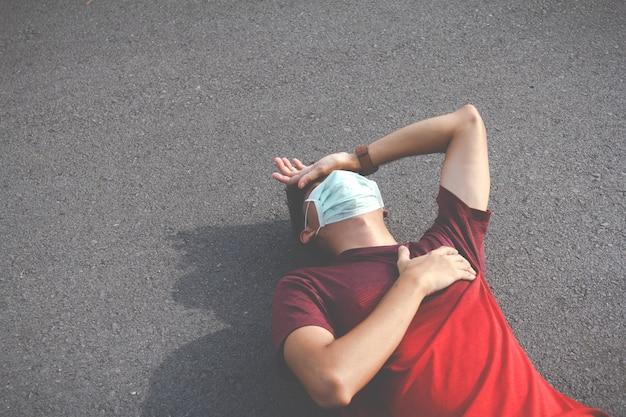 남자는 운동 휴식으로 피곤합니다. 두통과 현기증을..