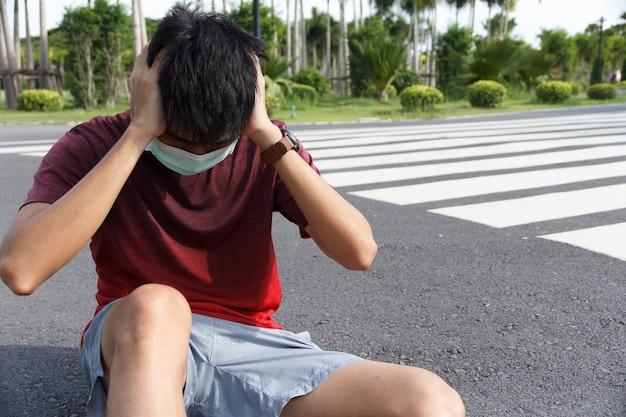남자는 운동 휴식으로 피곤합니다. 두통과 현기증을 앓고 있는 남자 운동선수.