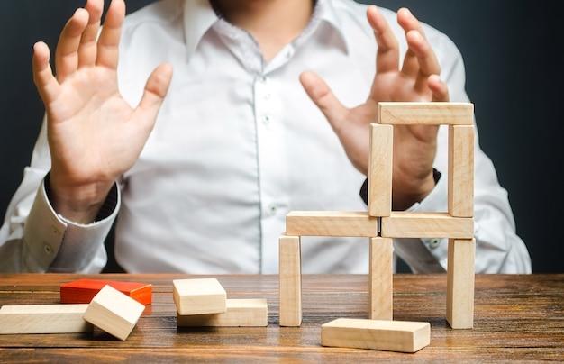 남자는 건설된 구조의 붕괴에 겁에 질려 보인다 실수의 개념