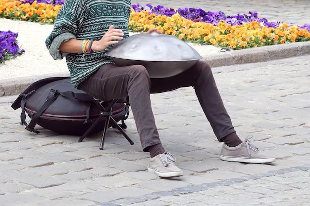 길거리에서 타악기를 연주하는 남자