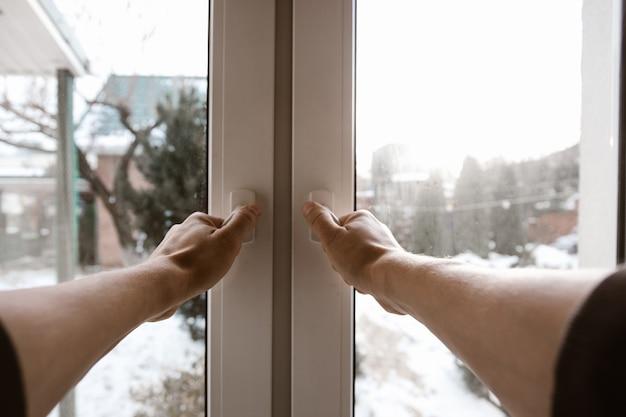 Мужчина открывает окно. широкоугольный вид от первого лица.