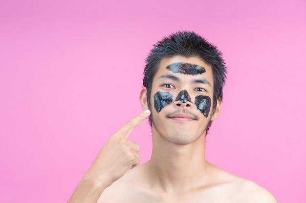 Мужчина указал рукой на лицо с черной косметикой и розовым.