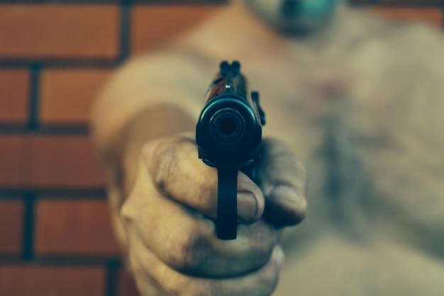 Мужчина указал стволом пистолета