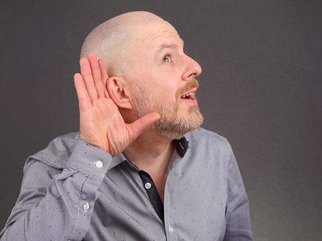 Мужчина поднял уши на слух рукой