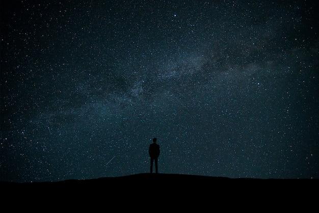 별을 배경으로 서 있는 남자