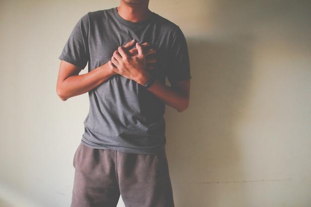 가슴 통증 심장 마비로 고통받는 남자
