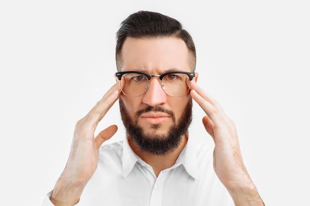 男は白い壁に眼鏡をかけた男だと思った