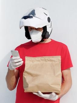 남자는 마스크와 오토바이 헬멧을 착용
