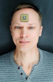 Cpuを持った男。プロセッサは男の額にあります。