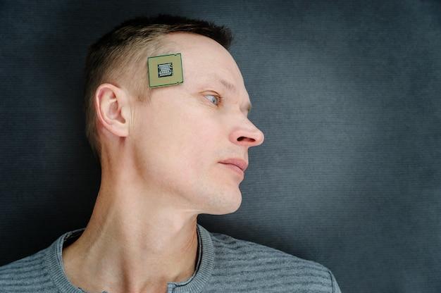 Cpuを持った男。プロセッサーは男の頭のこめかみにあります。