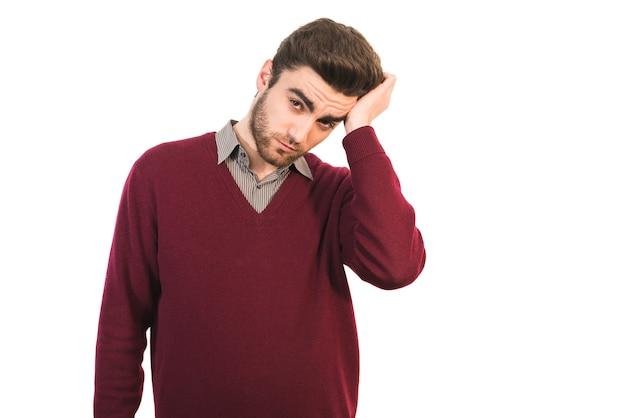 頭痛のある男は白い背景の上に立つ
