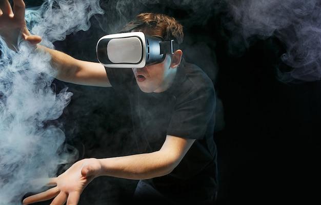 バーチャルリアリティの眼鏡をかけた男。将来の技術コンセプト。