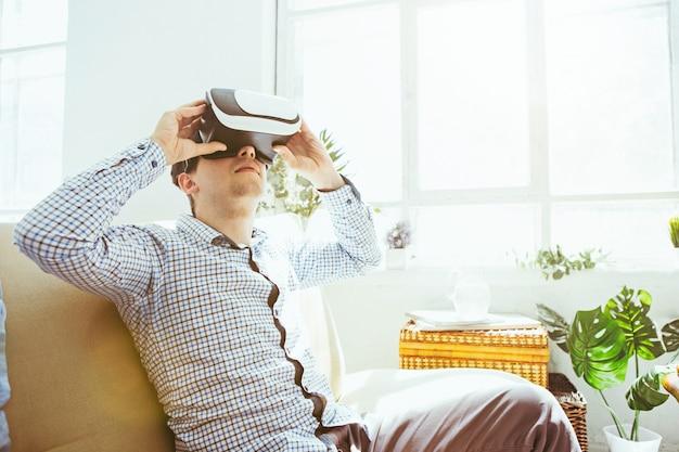 가상 현실 안경을 쓴 남자. 미래 기술 개념.