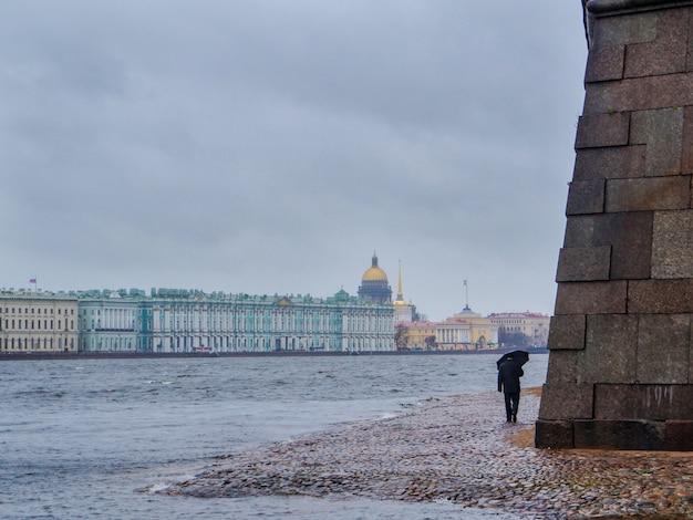 雨の日の傘を持った男