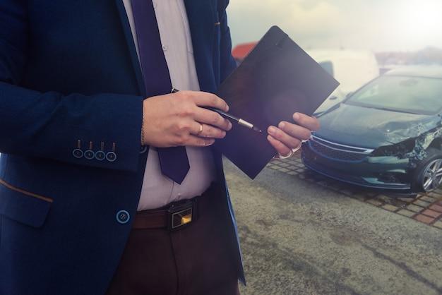 관리자는 자동차 대리점에서 수리를 위해 고장난 자동차를받습니다.