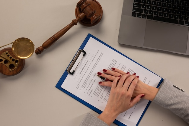 Менеджер предлагает документы договора оказания медицинских услуг.