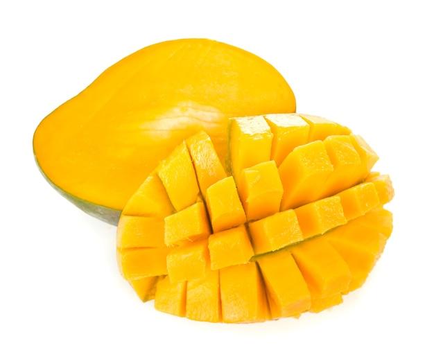 Плоды манго, изолированные на белом фоне.