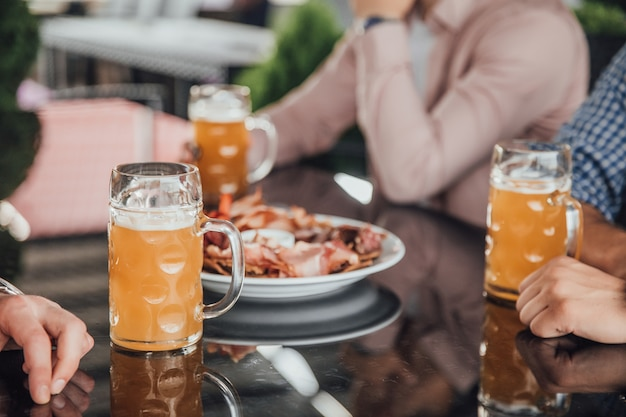 Мужская компания в кафе закусила с пивом в очках