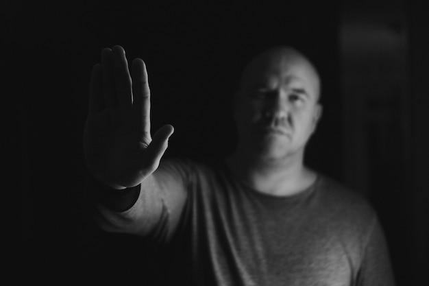 男の手は手話を停止する兆候を示しています