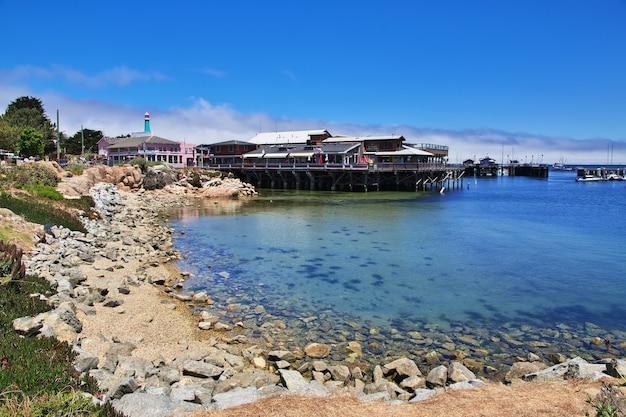 Пристань для яхт в городе монтерей на западном побережье сша