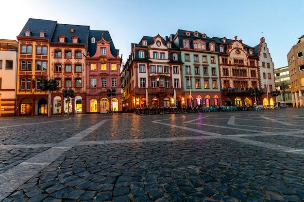 夕暮れ時、ドイツのマインツの旧市街のマーケット広場