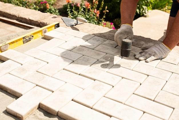 マスターは敷石を層状に置きます