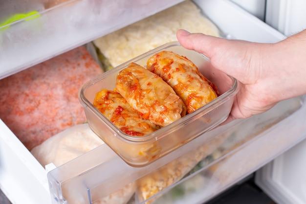 고기는 반제품으로 채워진 양배추를 냉동했습니다. 전통 요리. 냉동 식품.