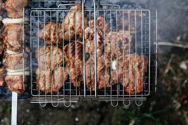 肉はシャシリクのグリルで焼かれます