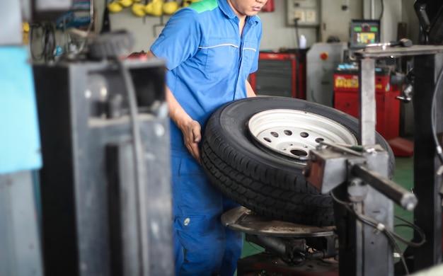 メカニックはタイヤを交換しています。