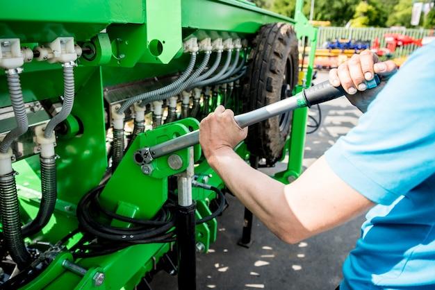 メカニック修理コンバイン。現代の農業機械