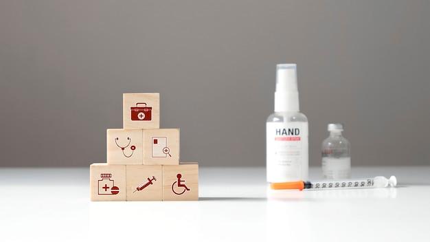 木製の立方体ブロックの医療アイコンと薬の健康管理の概念