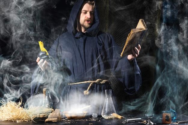 中世の錬金術師が魔法の儀式を行う
