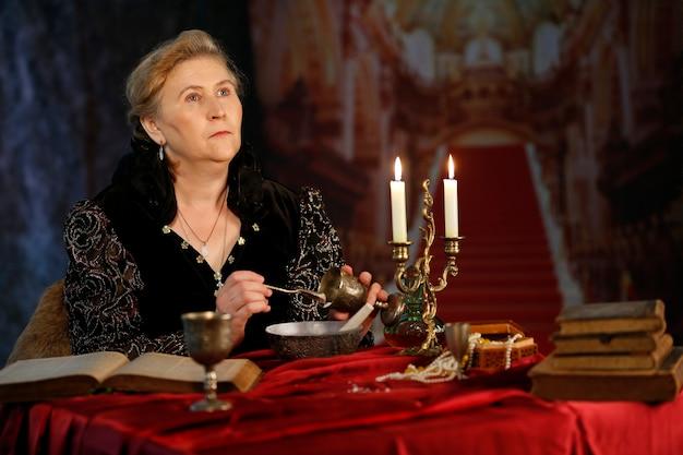 Средневековая королева женщина в образе бон сфорца средневековая женщина в средневековом замке злая ведьма